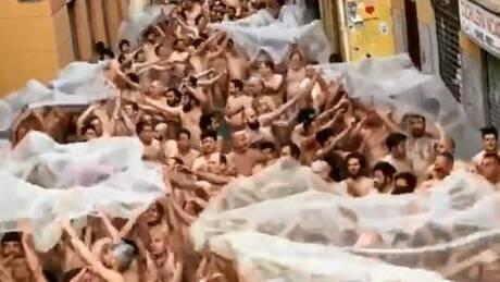 Γιατί οι δρόμοι της Βαλένθια «πλημμύρισαν» με εκατοντάδες γυμνούς; (vid)