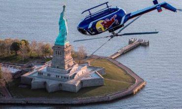 «Πιρουέτες» στον αέρα: Πιλότος πέταξε ανάποδα με ελικόπτερο στο Μανχάταν (pics&vid)