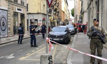 Έκρηξη στη Λυών: Ανθρωποκυνηγητό για τον βομβιστή με το ποδήλατο (pics&vid)