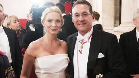 Αυστρία: Η γυναίκα του Στράχε τον παράτησε μετά το σκάνδαλο με τη μυστηριώδη Ρωσίδα (pics&vids)