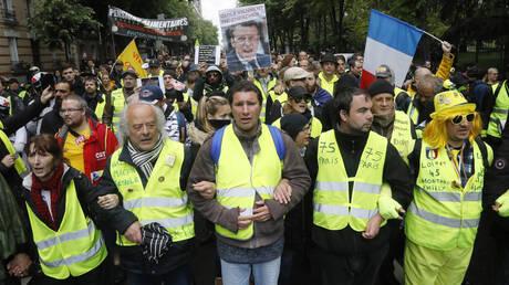Γαλλία: Δακρυγόνα και δεκάδες προσαγωγές στην 26η πορεία των κίτρινων γιλέκων (pics&vid)