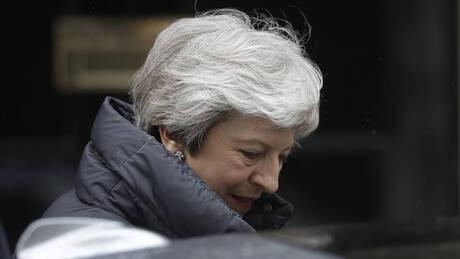 Η Τερέζα Μέι «αποκεφαλίζεται» από το Brexit: Το γλυπτό που θέλει να προκαλέσει (pics&vid)
