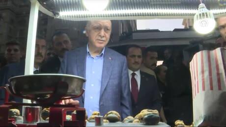 Ο Ερντογάν αγοράζει κάστανα και εκπλήσσεται με το ποσό που πρέπει να πληρώσει (pics&vid)