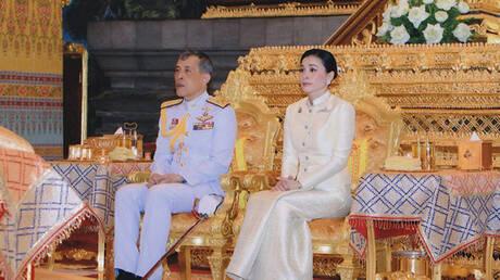 Σουτίντα: Από αεροσυνοδός, σωματοφύλακας και πλέον βασίλισσα της Ταϊλάνδης