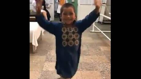 Συγκινεί ο 5χρονος Άχμεντ χορεύοντας με προσθετικό μέλος – Έχασε το πόδι του στο Αφγανιστάν (vid)