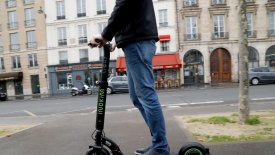 H Γαλλία θα απαγορεύσει τα ηλεκτρικά πατίνια στα πεζοδρόμια