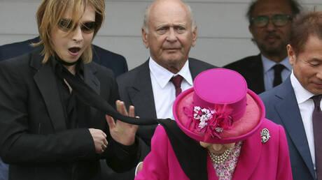 Ένα μαύρο μαντήλι «τύλιξε» τη βασίλισσα Ελισάβετ – Ξεκαρδιστικές αντιδράσεις (pics&vid)