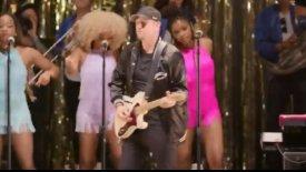 Ο Νικ Νερς έπαιξε κιθάρα σε ροκ συναυλία (vid)