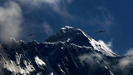 Ρεκόρ προσέλευσης στην κορυφή του Έβερεστ παρά τη «ζώνη του θανάτου» (pics&vid)