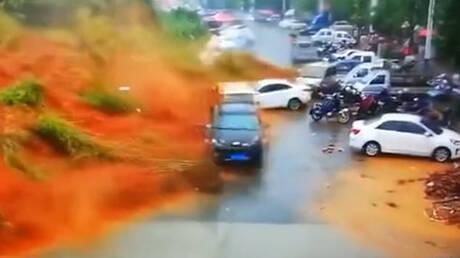 Τρομακτικό βίντεο: «Τσουνάμι» λάσπης «καταπίνει» μία γειτονιά στην Κίνα