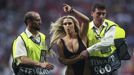 Kinsey Wolanski: Ποια είναι η ξανθιά καλλονή που εισέβαλε στον τελικό του Champions League (pics&vid)