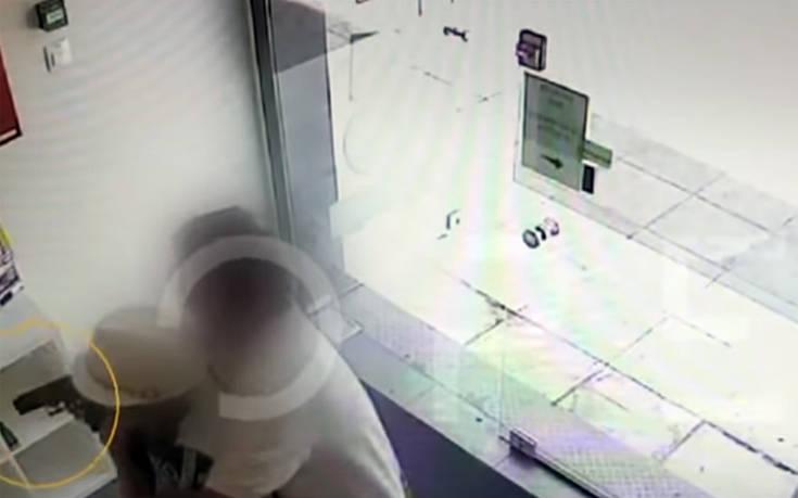 Καρέ – καρέ η μάχη πελάτη με ληστή στο Γαλάτσι video
