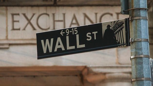 Πτώση στην ημέρα, κέρδη στην εβδομάδα για τη Wall Street