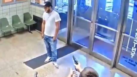 «Πυροβολήστε με»: Σκηνές χάους σε αστυνομικό τμήμα της Νέας Υόρκης (vid)