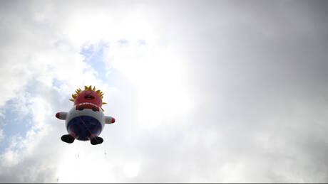 Ένας… φουσκωτός, «κλαψιάρης» Μπόρις Τζόνσον στον ουρανό του Λονδίνου (pics & vid)