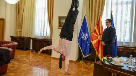 Έφερε τα… πάνω κάτω στη διπλωματία: Ο πρέσβης του Ισραήλ κάνει κατακόρυφο μπροστά στον Πενταρόφσκι