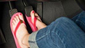 Γιατί δεν οδηγούμε ποτέ με σαγιονάρες ή ξυπόλητοι