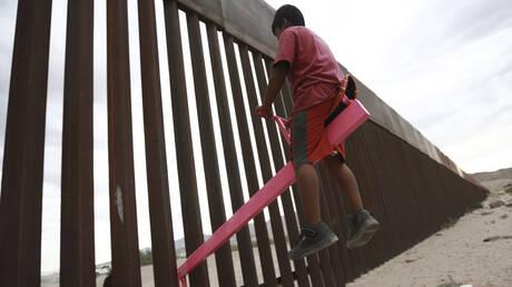 Ηχηρό μήνυμα στον Τραμπ: Παιδιά από Μεξικό και ΗΠΑ αγνοούν το τείχος και παίζουν όλα μαζί (pics&vid)