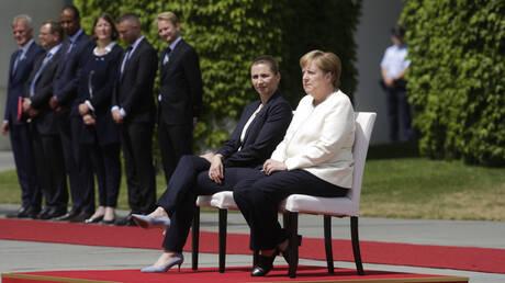 Η Μέρκελ υποδέχθηκε καθιστή τη Δανή πρωθυπουργό μετά από τα επεισόδια τρέμουλου  (pics&vid)
