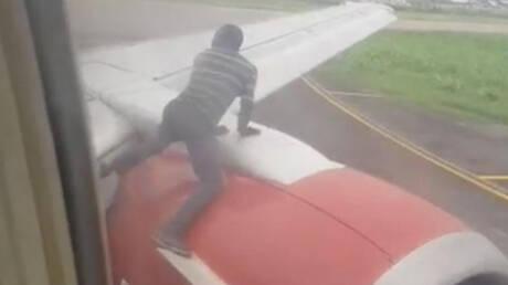 Λαχτάρισαν οι επιβάτες: Άνδρας έκανε «σάλτο μορτάλε» στο φτερό αεροπλάνου λίγο πριν την απογείωσή του (vid)