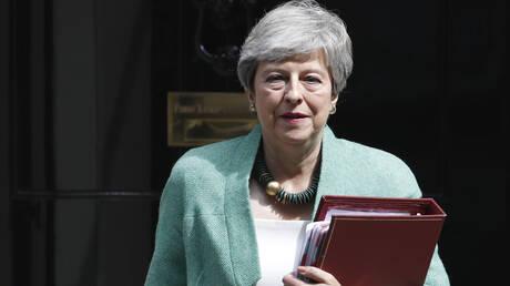 Με «υπερηφάνεια και απογοήτευση» αποχωρεί η Μέι από την πρωθυπουργία