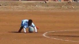 Πιτσιρίκια στη Μοζαμβίκη κάνουν τα πιο τρελά κόλπα σε αγώνα ποδοσφαίρου (vid)