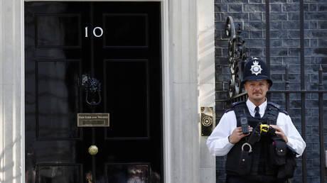 Πρώτα στο Μπάκιγχαμ, μετά στη Ντάουνιγκ Στριτ: Καθήκοντα πρωθυπουργού αναλαμβάνει ο Μπ.Τζόνσον