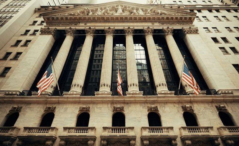 Μικρές απώλειες στη Wall με το βλέμμα στο εμπόριο και τη Fed