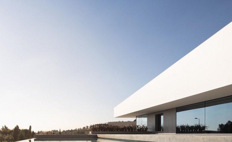 Μια σύγχρονη κατοικία με μίνιμαλ στοιχεία και θέα στην οροσειρά Sintra της δυτικής Πορτογαλίας