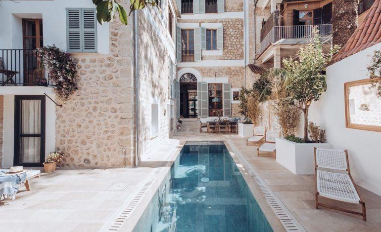 Ένα ανακαινισμένο αρχοντικό στη Μαγιόρκα που θυμίζει ρομαντικό εξοχικό μιας άλλης εποχής