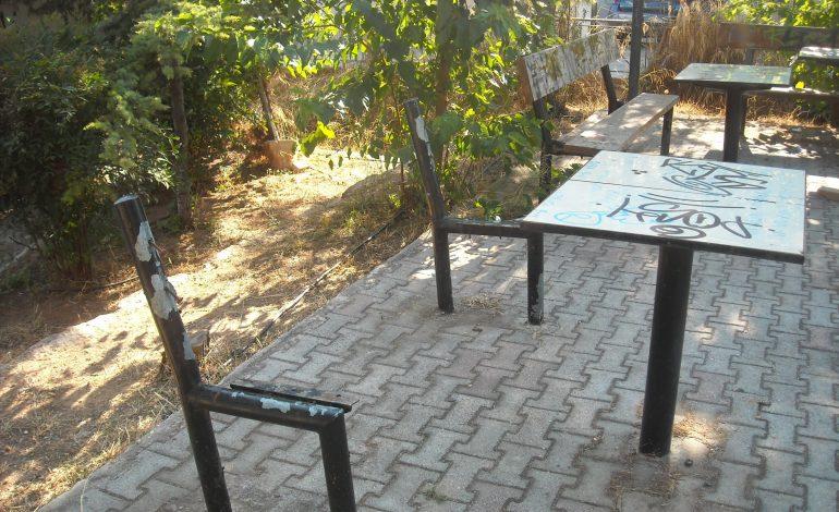 Εικόνα εγκατάλειψης παρουσιάζει ο δημοτικός χώρος πίσω από το Σ. Καλαιτζής στη Νέα Ερυθραια