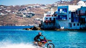O Robbie Maddison οδηγεί τη μοτοσυκλέτα του μέσα στη θάλασσα της Μυκόνου! (pics & vid)