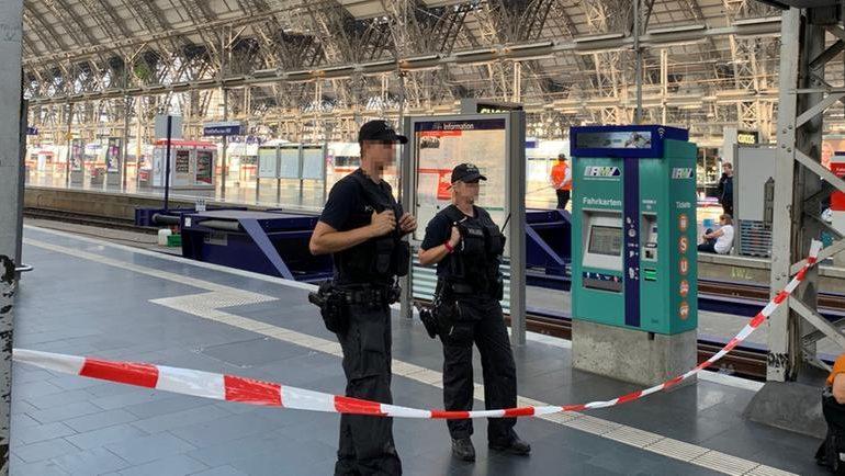 Δολοφονία σοκ στην Φρανκφούρτη: Άγνωστος έσπρωξε παιδί και μητέρα σε διερχόμενο τρένο