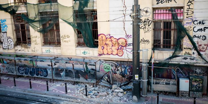 Αττική: «Άντεξαν» οι κτιριακές υποδομές όχι όμως και τα εγκαταλελειμμένα κτήρια «βόμβες»
