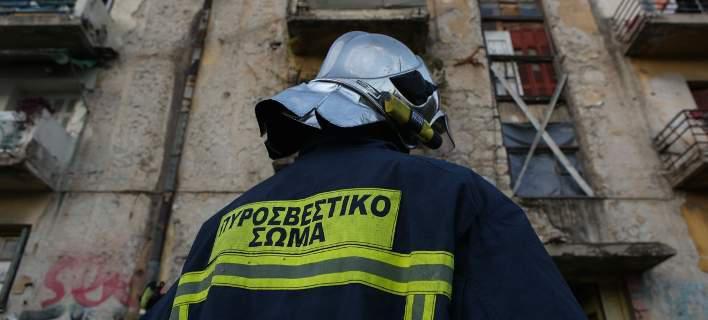 Απείλησε με τσεκούρι πυροσβέστες που πήγαν να σβήσουν φωτιά στο σπίτι του