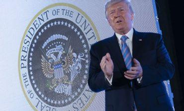 Φάρσα ή γκάφα; Ο Αμερικανικός θυρεός πίσω από τον Τραμπ απέκτησε ξαφνικά… δύο κεφάλια