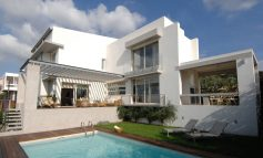 Μια εντυπωσιακή και μεγαλειώδης κατοικία στη Νέα Αρτάκη με θέα τον Ευβοϊκό Κόλπο