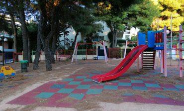 Super γιαγιά καθαρίζει παιδική χαρά και ξευτελίζει Δήμο Κηφισιάς και υπηρεσίες καθαριότητας
