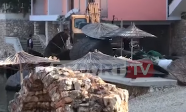 Γκρέμισαν το μαγαζί του Αλβανού εστιάτορα που κρεμάστηκε στο αυτοκίνητο των Ισπανών τουριστών