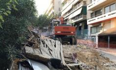 Ο δήμος Αθηναίων κατεδάφισε επικίνδυνο κτίριο στους Αμπελόκηπους