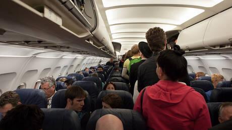 «Εργαλείο» που διχάζει: Αεροπορική δίνει λύση σε όσους τρέμουν να ταξιδέψουν δίπλα σε μωρά