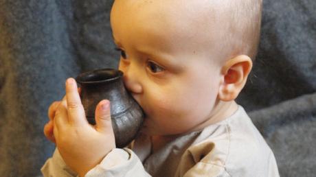 Αποκάλυψη: Τα προϊστορικά μωρά έπιναν γάλα ζώων από μπιμπερό! (pics)