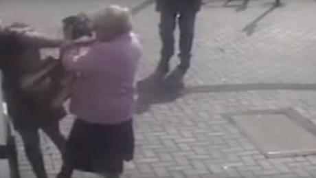 Γιαγιά – «ράμπο»: Άρπαξε από τα μαλλιά γυναίκα που προσπάθησε να την κλέψει σε ΑΤΜ (vid)