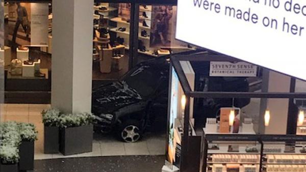 Πανικός στο Σικάγο: Άγνωστος εισέβαλε με αυτοκίνητο σε εμπορικό κέντρο