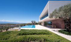 Μία ειδυλλιακή κατοικία στο Πόρτο Χέλι με εντυπωσιακή θέα στη θάλασσα