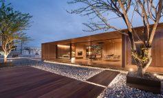 Skyscape Rooftop House: Μία μινιμαλιστική ξύλινη κατοικία χτισμένη στην ταράτσα μιας πολυκατοικίας