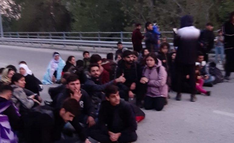 Έβρος: Μετανάστες κλείνουν το δρόμο και ενημερώνουν με… δελτίο Τύπου