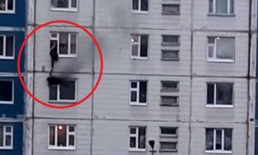 Ήρωας σώζει κοριτσάκι από φλεγόμενο διαμέρισμα στη Σιβηρία. Video