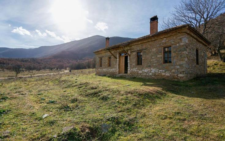 Το πέτρινο σπίτι – όνειρο στις Πρέσπες που βρίσκει κανείς στο Airbnb