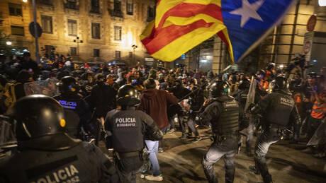 «Πεδίο μάχης» η Βαρκελώνη: Επεισόδια σε διαδήλωση για την ανεξαρτησία της Καταλονίας (pics&vids)